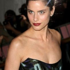 Amanda Peet Bra Size is 30B