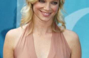 Amy Smart Bra Size is 32B
